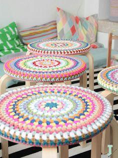 미싱을해도 그리 오래가지 못하고 방석 솜 넣고 한쪽면은 뜨개 한쪽면은 미시을 할까 어떤 색감의 느낌으로...