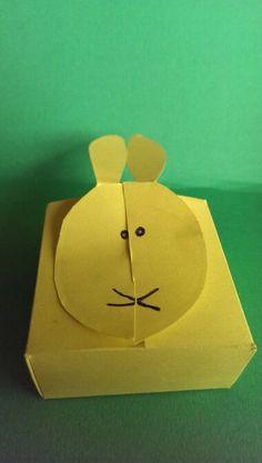 Dichtvouwen en twee delen halve konijnen in elkaar schuiven...gezichtje tekenen..klaar :-)