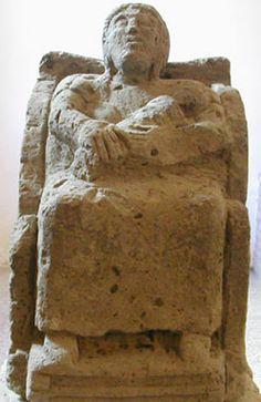 Mater Matuta,  figura femminile seduta su trono con bambino in fasce in braccio. Museo Provinciale Campano, Capua