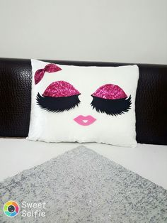 kirpikli yastik ,kece ,yastik sipariş için yesimin kıymetli atolyesi  instagram  ve facebook  sayfamızı takip edin Cute Pillows, Diy Pillows, Decorative Pillows, Throw Pillows, Sewing Projects, Projects To Try, Diy And Crafts, Arts And Crafts, Pillow Crafts