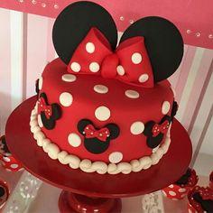 Minie vermelha Bolo Da Minnie Mouse, Bolo Mickey, Mickey Mouse Cupcakes, Mickey Cakes, Minnie Mouse Cake, Mini Mouse Birthday Cake, Baby Birthday Cakes, Mickey Mouse Birthday, Minnie Mouse Birthday Decorations