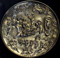 Патера из Парабьяго.Серебро со следами позолоты. 2-я пол. IV в. н. э. Происхождение: Обнаружена в 1907 г. в Парабьяго. Служила крышкой погребальной урны