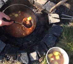 Gulaschsuppe aus dem Dutch Oven