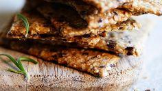 Det er nemt at bage knækbrød, og de sprøde sager er lækre til f.eks. ost og charcuteri.