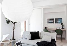 Un piso moderno de líneas rectas y colores neutro