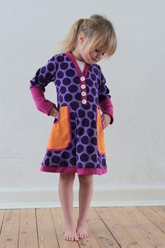 Her kan du se, hvordan du syr LUNA kjolen, som har v-hals og udvendige lommer. Mønsteret kan du inden for de nærmeste uger købe h...