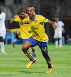 Arsenal's Theo Walcott planning title challenge after club-record 10th consecutive away win