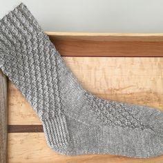 Knit Mittens, Mitten Gloves, Knitting Socks, Knitting Stitches, Knitting Patterns, Knee Socks, Cool Socks, Knit Or Crochet, Yarn Crafts