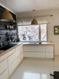 Integrated kitchen appliances, Kvik Mano Gloss, White kitchen black walls, White kitchen wall ideas, Open shelves kitchen, Valkoinen keittiö,  Integroidut kodinkoneet, avokaapit keittiössä