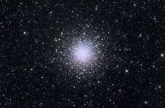 """El Cúmulo globular M10 (también conocido como Objeto Messier 10, Messier 10, M10 o NGC 6254) es un cúmulo globular de la constelación de Ofiuco. Fue descubierto por Charles Messier el 29 de mayo de 1764 y lo definió como una """"nebulosa sin estrellas"""". Debido a que las estrellas binarias son más masivas que las estrellas individuales, tienden a situarse al interior del cúmulo. En consecuencia, la región central contiene una concentración de estrellas rezagadas azules."""
