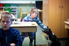 –Milli , hae Lassen reissuvihko, sanoo erityisluokanopettaja Päivi Latvala-Sillman koiralleen Millille, 6, Kallion ala-asteen koulun ympäristötiedon tunnin alkajaisiksi. Koira hakee vihkon ja saa palkaksi namin.