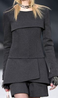 Chanel at Paris Fashion Week Fall 2013 - Details Runway Photos Fashion Details, Look Fashion, High Fashion, Womens Fashion, Fashion Design, Fashion Trends, Chanel Fashion, Paris Fashion, Winter Fashion
