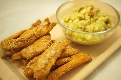 I Bastoncini di pollo con salsa guacamole sono un secondo molto gustoso al sesamo, fritti in olio di arachidi e accompagnati con una fresca salsa guacamole