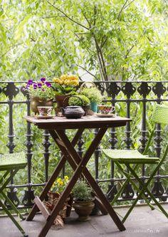 Groen uitzicht balkon met boom in de tuin