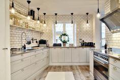 wystrój wnętrz, home decor, wnętrza, mieszkanie, dom, aranżacje, białe wnętrza, kuchnia, płytki, cegła, półki