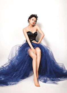 Gorgeous blue tulle skirt & black bustier worn by Vivian Hsu