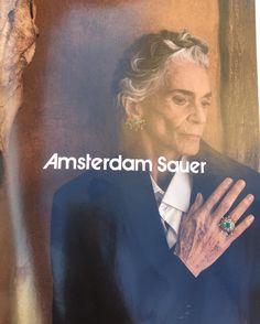 Virando as paginas da Vogue desse mês dei de cara com a campanha publicitária dessa marca de jóias a Amsterdam Sauer. E me surpreendi ao ver que as jóias não eram estampadas em modelos lindíssimas e ícones de beleza mas sim em uma senhora com mais de 70 anos com todas as marcas do tempo e do envelhecimento em sua pele! Sem photoshop no rosto e nas mãos para esconder as rugas e manchas da idade! Achei muito original ousado e  muito real!! Merece aplausos!  #detalhes #imagem #beleza #moda…