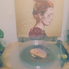 ノスタルジー以外でレコードの良さにまだ気付けてなかったけど今soleyちゃん聴いててデジタルで聴いてるときよりめちゃくちゃ良くてこれかーーーとなっています透明な版がくるくる回ってる美しさもありやなこととかぜーんぶ浄化してくれる音雨音と重なって最高の静けさアイスランディックやはり良い  #music #vinyl #soley #imhome