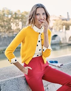 Cashmere Crop Crew Cardigan Boden - Outfits for Work Yellow Cardigan Outfits, Blazer Outfits, Sweater Outfits, Winter Cardigan Outfit, Yellow Blazer, Winter Mode Outfits, Winter Fashion Outfits, Work Fashion, Fashion Fashion