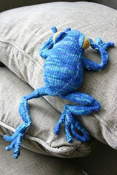 Tree Frog by Hansi Singh, knitted by Kinshu | malabrigo Worsted en Emerald, Amber and Glazed Carrot