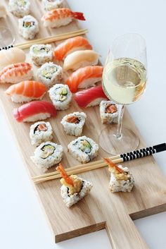 sushi and sashimi with white wine this is why i love japanese food.looks beautiful,light,clean and fresh Sushi Comida, My Favorite Food, Favorite Recipes, Sushi Party, Sushi Lunch, Sushi Platter, Sushi Love, Sushi Recipes, Tasty