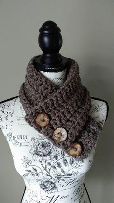Free Crochet Pattern - Lofty Loops Studio - Easy Peasy Cowl using chainless foundation.