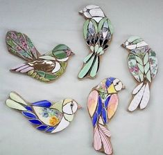 These divine tiny jewelled bird mosaics would look perfect as a broach or wall m… – Mosaic Stained Glass Birds, Stained Glass Patterns, Mosaic Patterns, Mosaic Animals, Mosaic Birds, Mosaic Art Projects, Mosaic Crafts, Paper Mosaic, Vogel Illustration