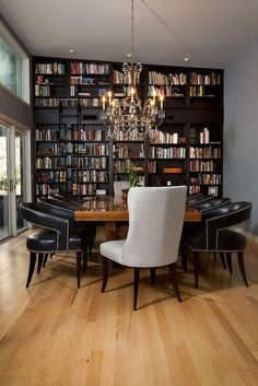 Salle à manger Dining room and home library rolled into one with classic flair [Design: Tongue
