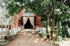 Häät Villa Smedsissä: maalaisromantiikkaa keskellä kaupunkia. Vantaanlaaksossa sijaitsevan Jani ja Heidi Hurmerinnan isännöimän Villa Smedsin pihapiirissä on käsinkosketeltava menneiden aikojen tunnelma. Navetan ylisille on remontoitu uniikki juhlatila, jonka puitteet tarjoavat upean rustiikin tunnelman. Via Häät.fi