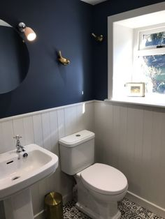 Cottage bathroom in Farrow and Ball Stiffkey Blue and Amonite. Gold birds Cox & … Cottage Badezimmer in Farrow und Ball Stiffkey Blue und Amonite. Dark Blue Bathrooms, White Bathroom, Small Bathrooms, Modern Bathroom, Toilet Room, New Toilet, Small Bathroom Inspiration, Bathroom Ideas, Family Bathroom