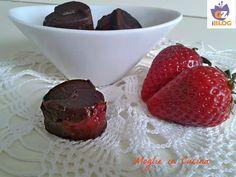 Cioccolatini ripieni alle fragole è il piccolo dessert che vi propongo oggi. Facili da preparare ma soprattutto buoni da mangiare.