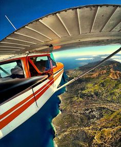One of the most creative angles for an #igaviationselfie we have ever seen so far! Inflight with a Cessna 172RG above the beautiful Santa Catalina Island California(USA). Be sure to tag some friends with whom you would love to take such a (dream)flight! Photo by @_jarnoldair_ #InstagramAviation by instagramaviation