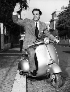 Is there a cooler two-wheeled ride than a Vespa? Clearly, we're just like celebrities, because the bold and the beautiful agree. Piaggio Vespa, Vespa Lambretta, Vespa Scooters, Vespa Vintage, Vintage Italy, Vintage Men, Vintage Ideas, Old Photos, Vintage Photos