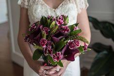 COMO O BUQUÊ COMPLETA A DECORAÇÃO PARA CASAMENTO   Grupo São Jorge Floral Wreath, Wreaths, Bride, Language Of Flowers, Bouquet Wedding, Perfect Bride, Florists, Helpful Hints, Weddings