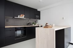 This is how we Bo it: Stailaajien matkassa Kitchen Layout, New Kitchen, Kitchen Dining, Kitchen Decor, Kitchen Cabinets, Dining Rooms, Dining Area, Black Kitchens, Cool Kitchens