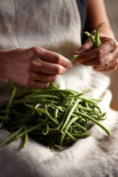 countrylife.quenalbertini2: Snapping green beans