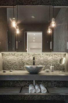 Badezimmer Design Ideen offenen Regal unterhalb der Arbeitsplatte / / die dunkle Farben in das Badezimmer und das Metall Regal unter der Spüle geben diesem Badezimmer Industrielook.