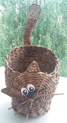 Newspaper Basket, Newspaper Crafts, Willow Weaving, Basket Weaving, Bamboo Basket, Arts And Crafts, Diy Crafts, Basket Decoration, Wicker