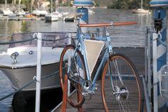 Cuoio, legno, alluminio, acciaio e una vela in mezzo al telaio. Ecco la Granlasco e la Lasco, due bici essenziali uscite da un progetto che si chiama come un temporale
