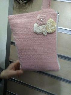 Çiçekli clutch Pamuklu kumaştan dikilmiş bu çantayı kumaştan yapılmış güllerle süsledik.içi krem.... 400430