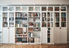 IKEA : la cultissime bibliothèque Billy a 40 ans, retour en images - Marci Ut. Ikea Wall Shelves, Ikea Bookcase, Built In Bookcase, Wall Of Bookshelves, Living Room Bookcase, Ikea Living Room, Ikea Home Office, Home Office Design, Billy Bookcase With Doors
