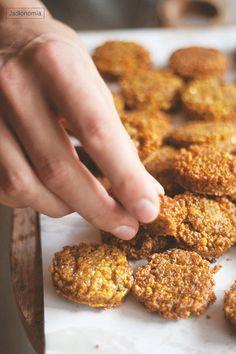 Falafel - 300 g suchej ciecierzycy, namoczonej przez noc w zimnej wodzie, 1 mała cebulka, 2 ząbki czosnku, 2 łyżki drobno posiekanej pietruszki, 2 łyżki drobno posiekanej kolendry (można pominąć i dodać więcej pietruszki), 1 łyżeczka mielonego kuminu, ½ łyżeczki mielonych ziaren kolendry, ½ łyżeczki mielonego kardamonu, ½ łyżeczki cynamonu, ½ łyżeczki chili, ½ łyżeczki sody oczyszczonej, 1 łyżeczka soli olej do smażenia, najlepszy będzie rzepakowy lub z pestek winogron