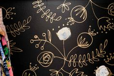 get crafty Rifle Paper Co. inspired closet wall - black paint with hand-drawn gold sharpie - love! Sharpie Wall, Gold Sharpie, Ikea Dressing Room, Sharpie Drawings, Sharpie Doodles, Small Master Closet, Sharpie Projects, Cheap Closet, Cleaning Closet