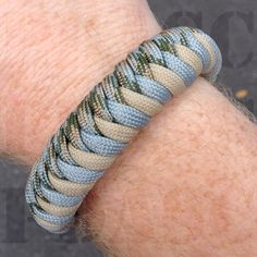 Tackled two new techniques today. A double hitch core and a fishtail variation… Paracord Belt, Paracord Dog Leash, Paracord Bracelets, Paracord Projects, Macrame Projects, Paracord Ideas, Finger Weaving, Homemade Bracelets, Paracord Tutorial