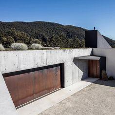 "105 Me gusta, 1 comentarios - Dezeen (@dezeen) en Instagram: ""Architecture practice @core_collective completed a house in Tasmania featuring a robust material…"""
