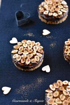 Que de gourmandise entre les noisettes, le caramel et le praliné ! Ganache Caramel, Tartelette, Cookies, Chocolate, Lifestyle, Desserts, Food, Desert Recipes, Easy Trifle Recipe