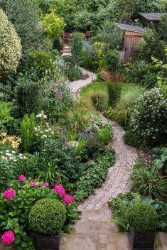 11 affordable DIY garden paths design ideas – Famous Last Words Cottage Garden Design, Backyard Garden Design, Diy Garden, Shade Garden, Dream Garden, Garden Paths, Backyard Landscaping, Landscaping Ideas, Walkway Garden