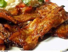 Bůček nakrájíme na zhruba 1 cm plátky. Lehce ho naklepeme, osolíme a opepříme.Všechny suroviny promícháme a plátky bůčku marinádou potřeme. Misku... Top Recipes, Cooking Recipes, Ribs On Grill, Czech Recipes, Pork Tenderloin Recipes, Sous Vide, Food 52, Chicken Wings, Crockpot