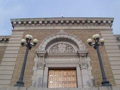 Nel 1998 inaugura la Bangor Public Library a Bangor, Maine