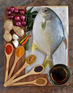 A Perfectly cooked Authentic Kerala Style Fish Curry in a Spicy n Tangy Red Gravy… it's Easy, Delightful, and sooo Yummy…! Raw Food Recipes, Fish Recipes, Seafood Recipes, Indian Food Recipes, Seafood Platter, Seafood Dishes, Fish Snacks, Food Styling, Party Food Platters